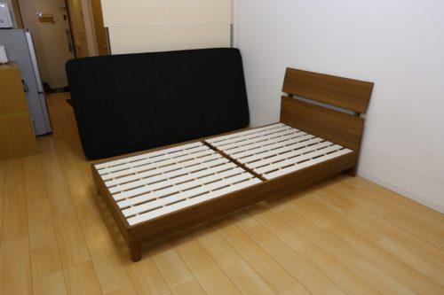 マットレスを取り外したベッド
