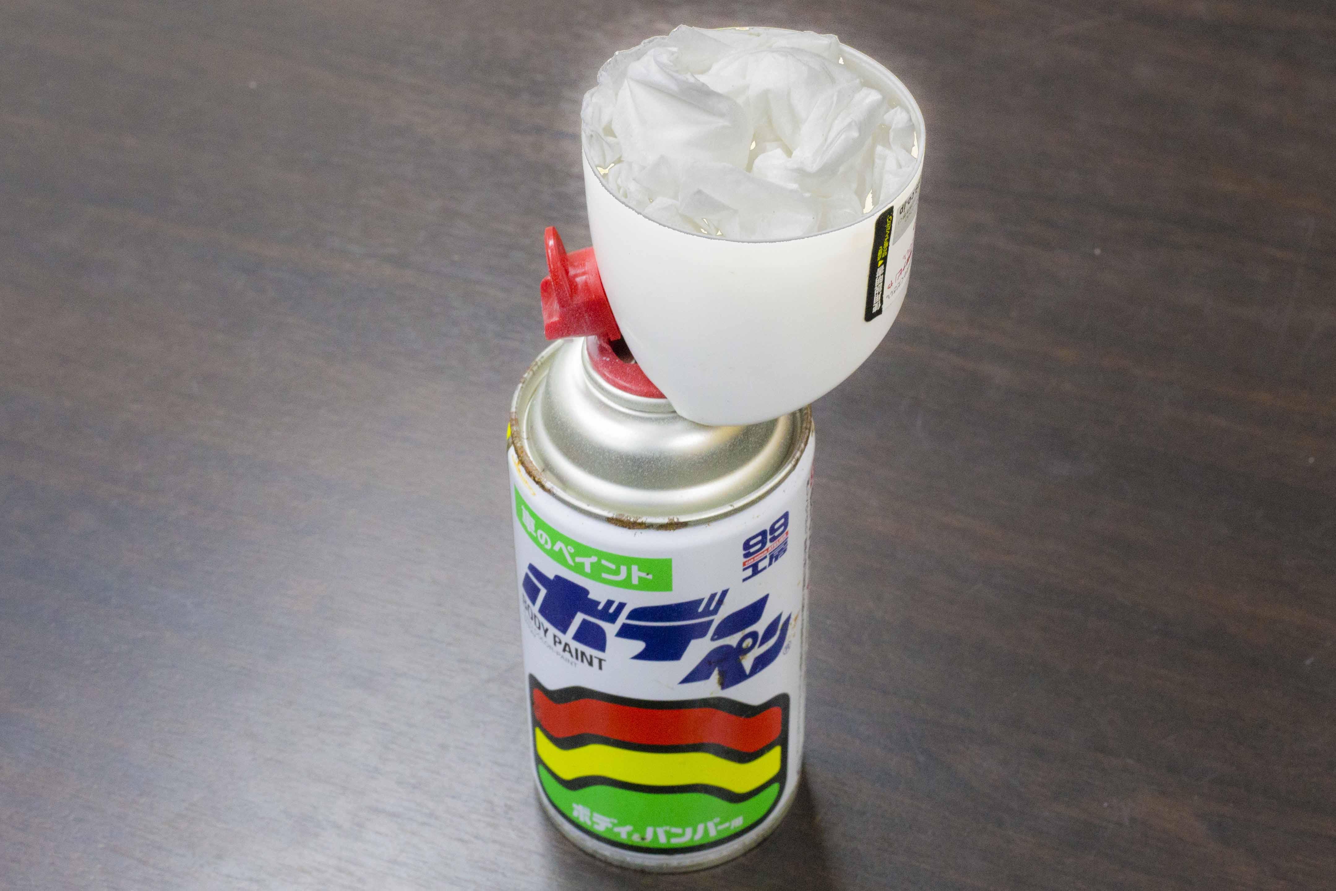 中身だしキャップ:少量の塗料の中身を排出する様子