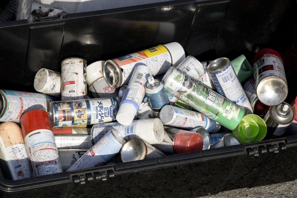 スプレー缶がたくさん溜まってしまったイメージ画像