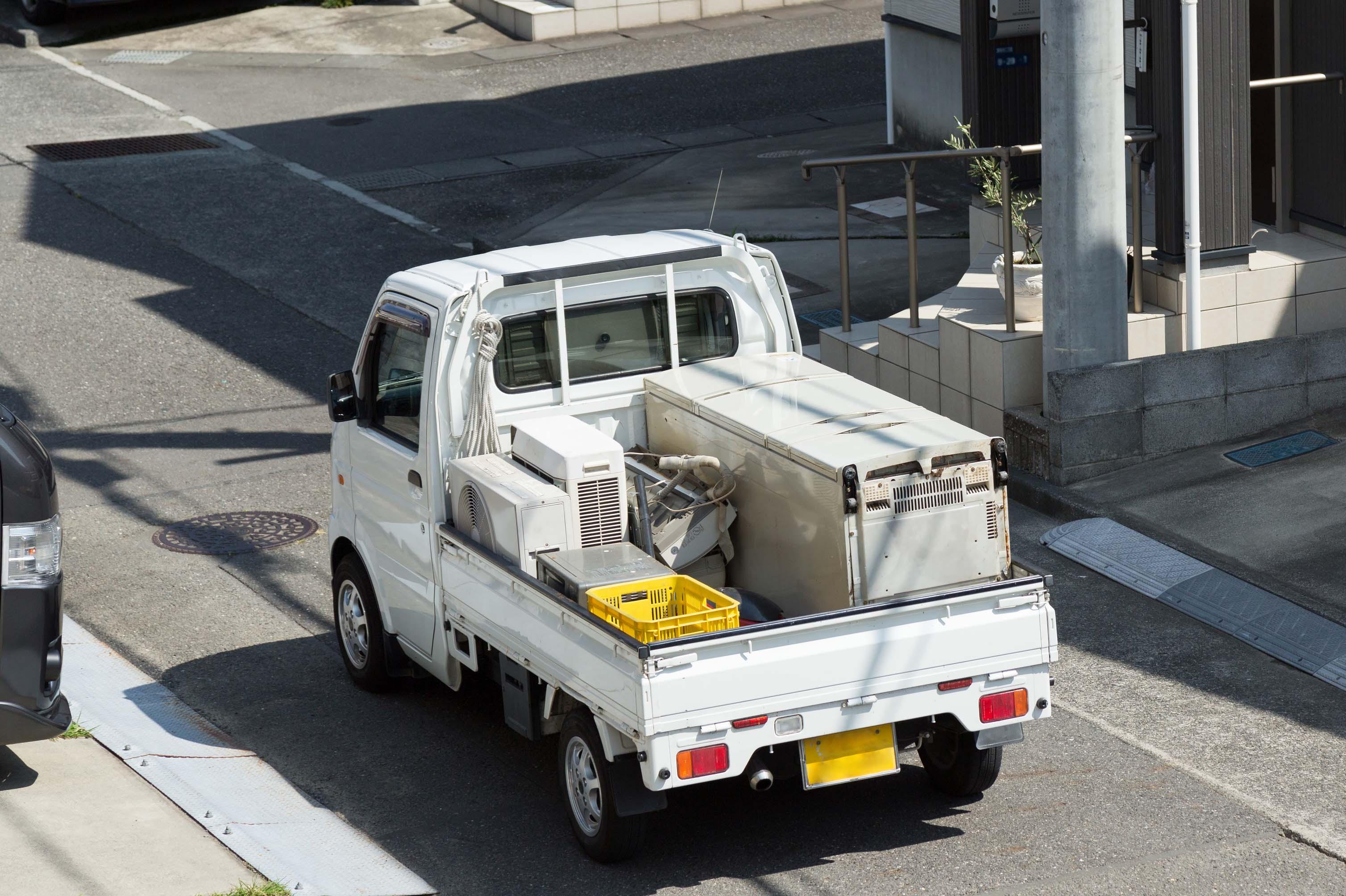 無料回収をうたいさまざまなものを回収しているトラックのイメージ_L