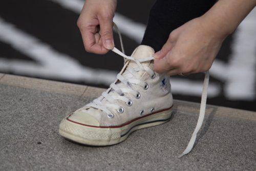 靴ひもを結ぶ様子 (1)