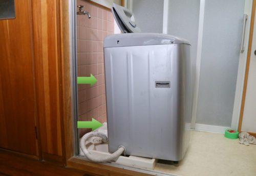 排水ホースを取り外すために洗濯機を手前へずらす