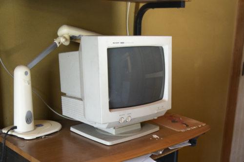 古いパソコンモニターが放置してある様子