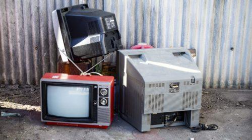 捨てられるテレビが放置してある様子