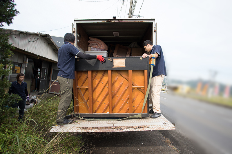 ピアノをトラックに積み込む様子
