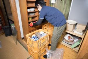 キッチンの遺品整理をする整理のゴダイ代表松本周作さん