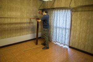 遺品整理の現場で家具の解体