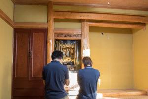 遺品整理現場仏壇の搬出