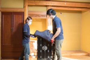 遺品整理の現場仏壇の搬出