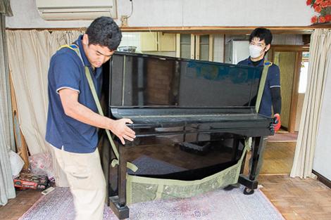 約250kgあるアップライトピアノを運び出す様子