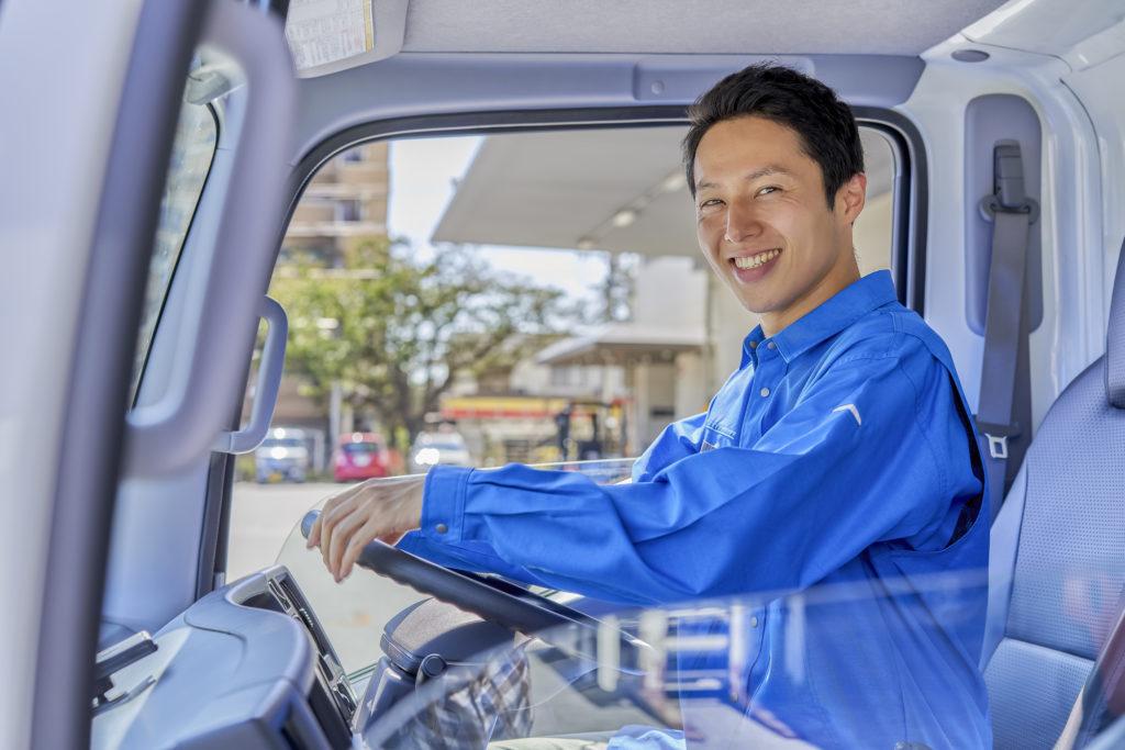 トラックを運転する男性